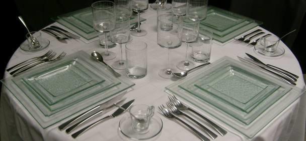 Location vaisselle transparente pack carr transparent for Service de table en verre